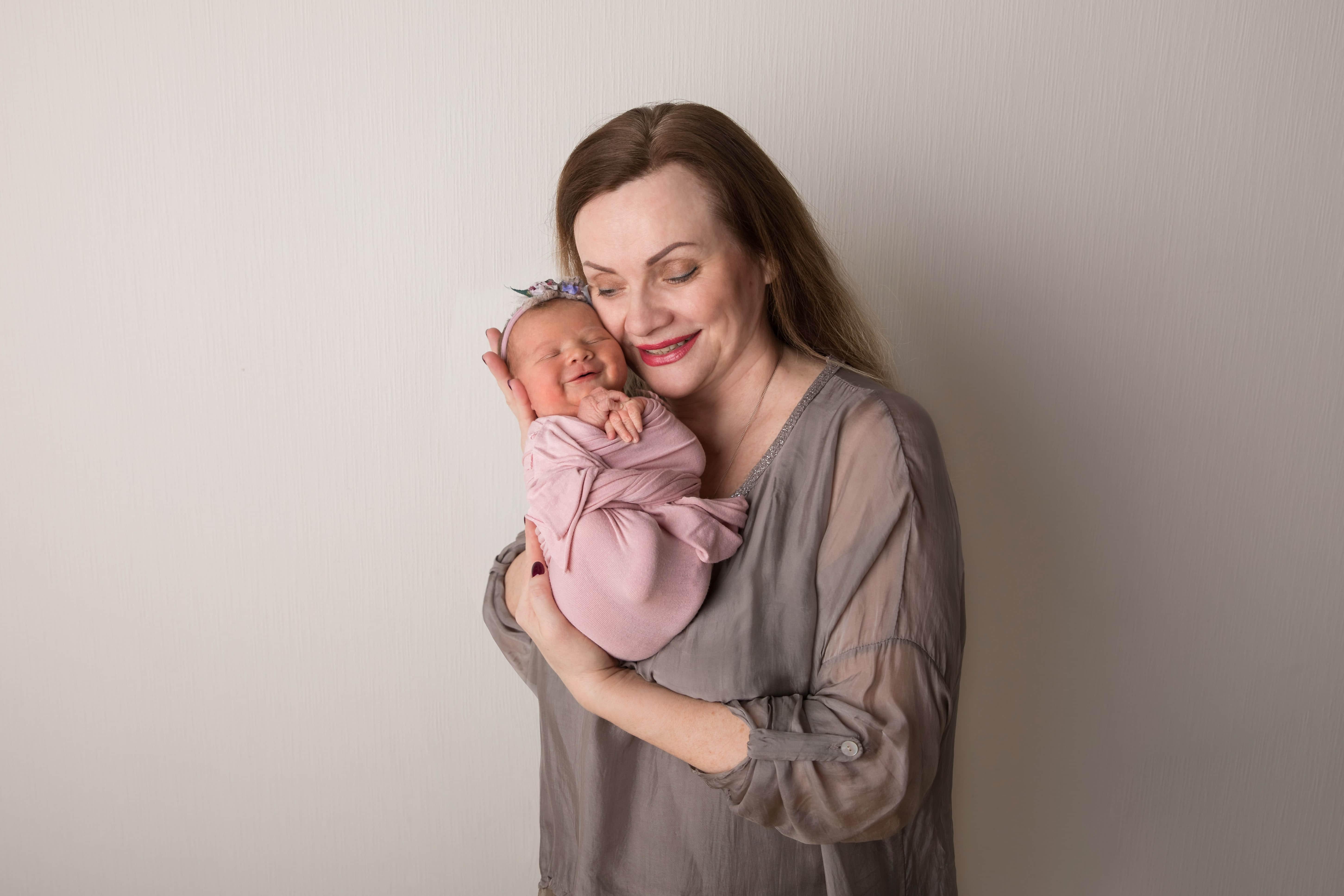 Фотограф новорожденного с бабушкой