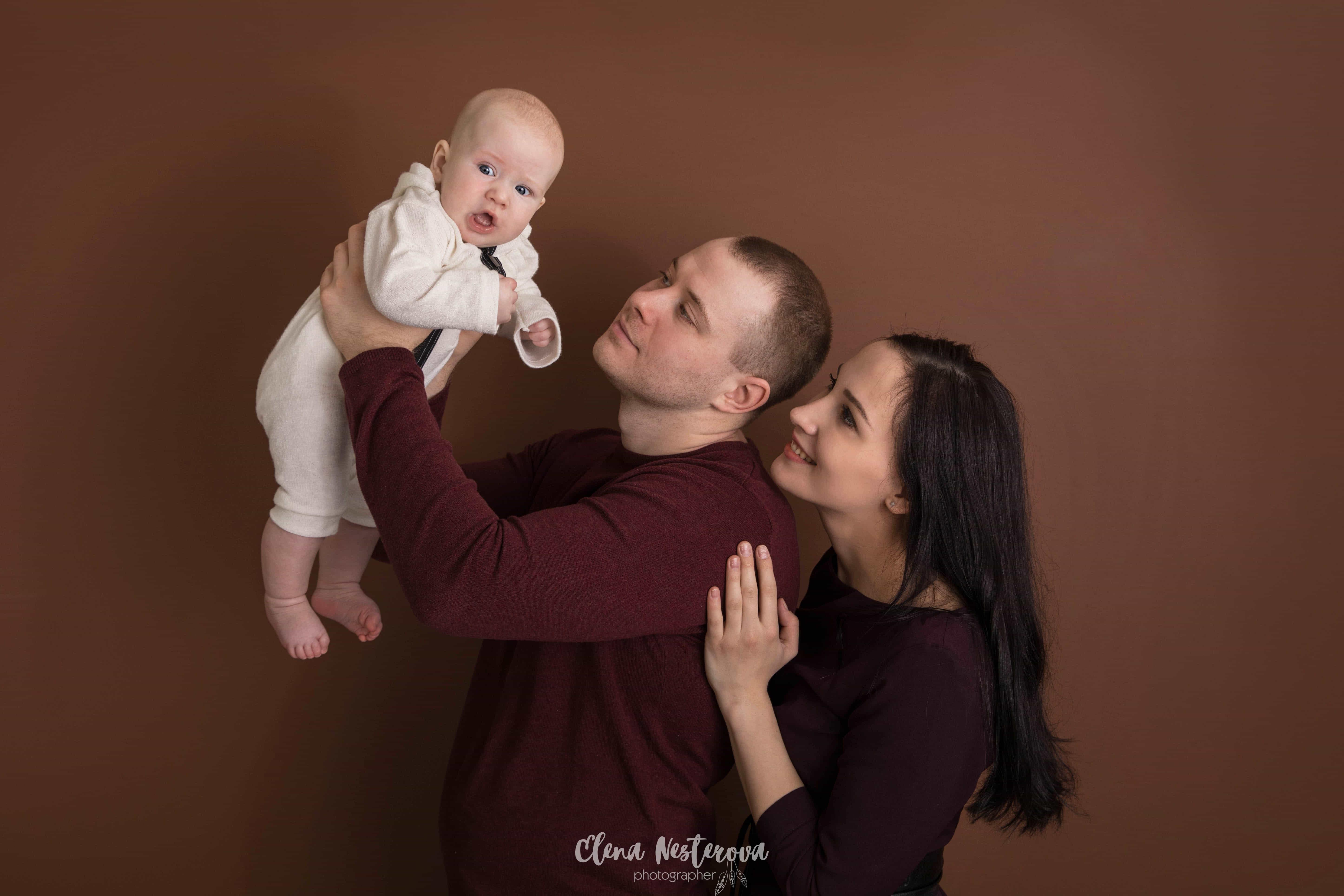Фотосессия мама с новорожденным ребенком в студии