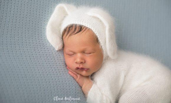 фотосессия новорожденного мальчика в костюмчике