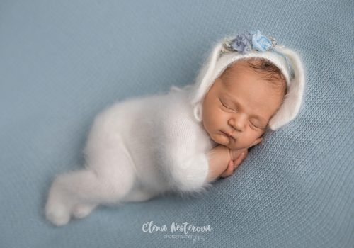 фотосессия новорожденной девочки в костюмчике