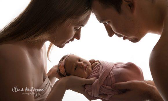 профессиональная фотосъемка новорожденных с родителями