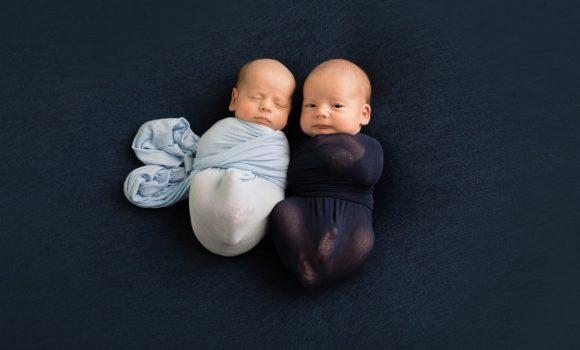 семейная фотосессия новорожденных двойняшек