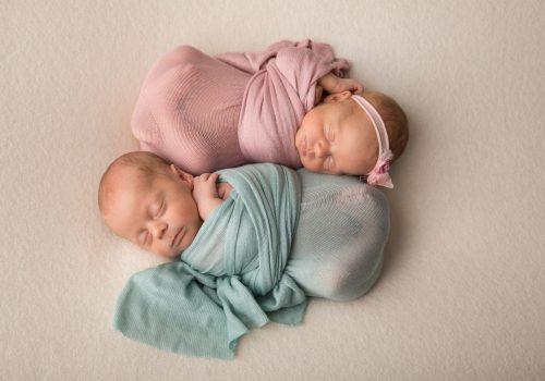 фотосессия новорожденных двойняшек в обмотке